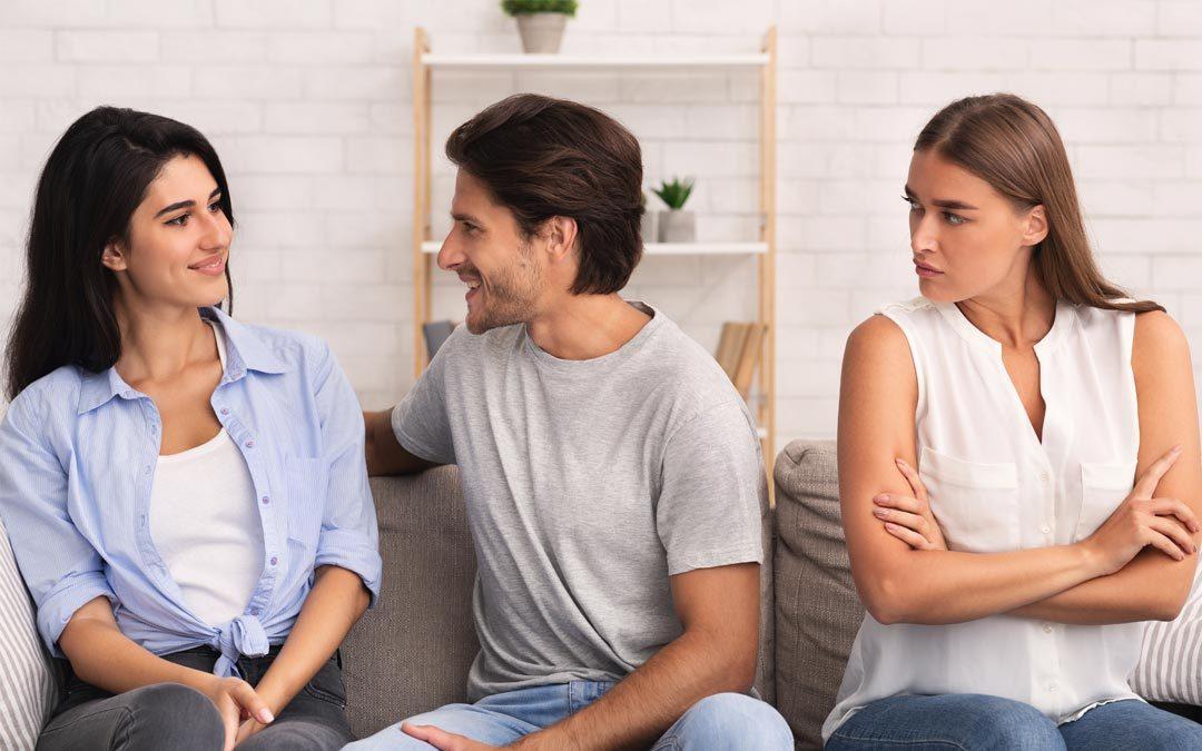 Hombre y mujer hablando y novia celosa | celotipia